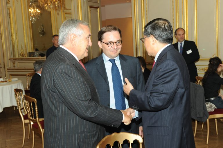 Fabien Baussart between Jean-Pierre Raffarin, former French PM and Long Yongtu, chief negotiator for China's accession into the WTO.